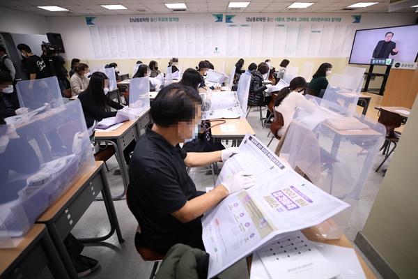 4일 오후 서울 종로학원 강남본원에서 2021 대입전략 설명회가 온라인 생중계 방식으로 진행되고 있다.