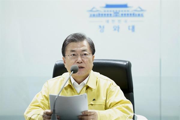 문재인 대통령이 9일 청와대 국가위기관리센터에서 열린 코로나19 수도권 방역상황 긴급 점검회의를 주재하고 있다.
