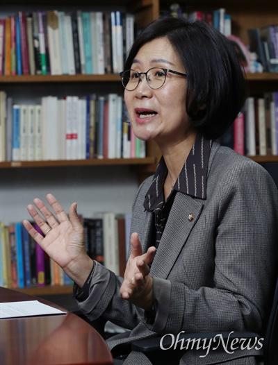 권인숙 더불어민주당 의원이 10일 오후 국회 의원회관에서 <오마이뉴스>와 인터뷰하고 있다.