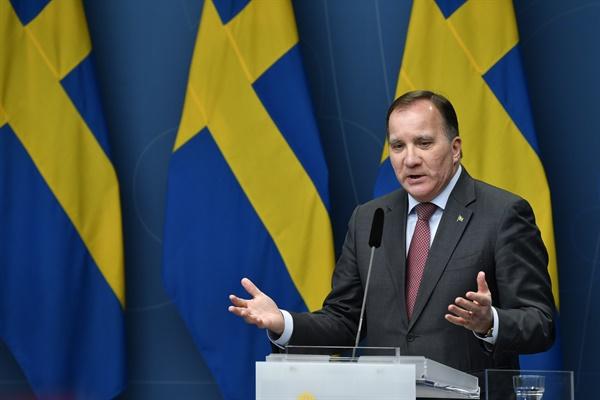 스테판 뢰벤 스웨덴 총리가 11월 11일(현지시간) 스톡홀름에서 신종 코로나바이러스 감염증(코로나19) 확산을 막기 위한 신규 제한조치에 관해 기자회견을 하고 있다. 이날 스웨덴 정부는 코로나19 발생 이후 처음으로 부분 봉쇄를 도입한다고 밝혔다. 이에따라 오는 20일부터 내년 2월 말까지 전국에서 오후 10시 이후 주류 판매가 금지된다.