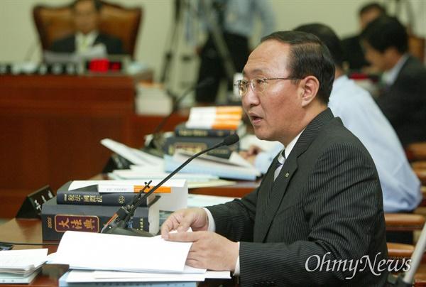 2005년 8월 18일, '삼성 X파일' 녹취록 내용 중 삼성으로부터 소위 '떡값'을 받았던 검사 7명의 실명을 공개한 노회찬 민주노동당 의원이 국회 법사위원회에서 질의하고 있는 모습.