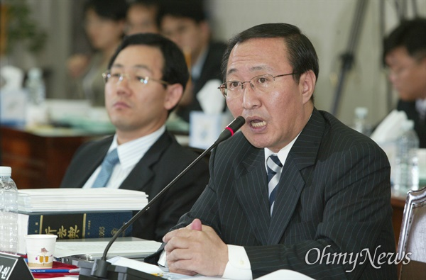 2005년 9월 27일 노회찬 민주노동당 의원이 서울중앙지검 청사에서 열린 국회 법사위의 국정감사에서 'X파일' 사건과 관련해 질의하고 있는 모습.
