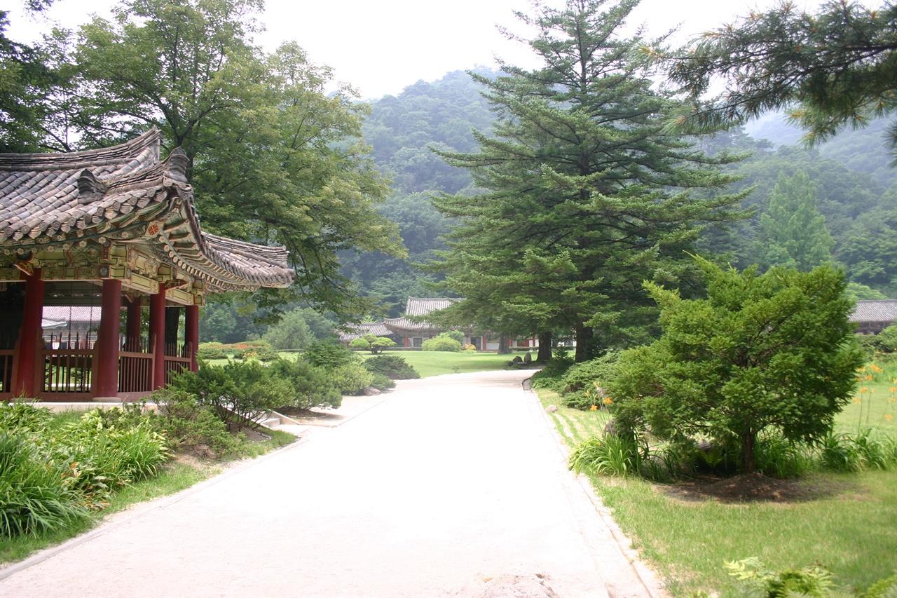 작품 배경인 묘향산 보현사 경내