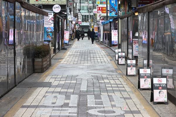 코로나19로 인해 자영업자들은 매출 하락으로 큰 어려움을 겪고 있다. 사진은 사회적 거리두기 2.5 단계가 시행됐던 2020년 12월 9일 오후 서울 강남구 식당가 모습.