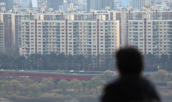 전세 물량 부족으로 전셋값이 급격히 뛰면서 지난달 서울 아파트 평균 전셋값이 올해 최저임금을 받는 노동자의 연봉보다 더 많이 오른 것으로 나타났다. 2일 KB국민은행 리브온의 월간 KB주택가격동향 자료에 따르면 지난달 서울의 아파트 평균 전셋값은 5억6천69만원으로 전달(5억3천677만원)보다 2천390만원 오른 것으로 조사됐다. 사진은 이날 서울 응봉산에서 바라본 강남구 일대 아파트 모습.