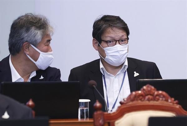 8월 10일 오후 청와대에서 열린 수석·보좌관 회의에 김조원 민정수석 대신 이광철 민정비서관(오른쪽)이 참석해 있다. 2020.8.10