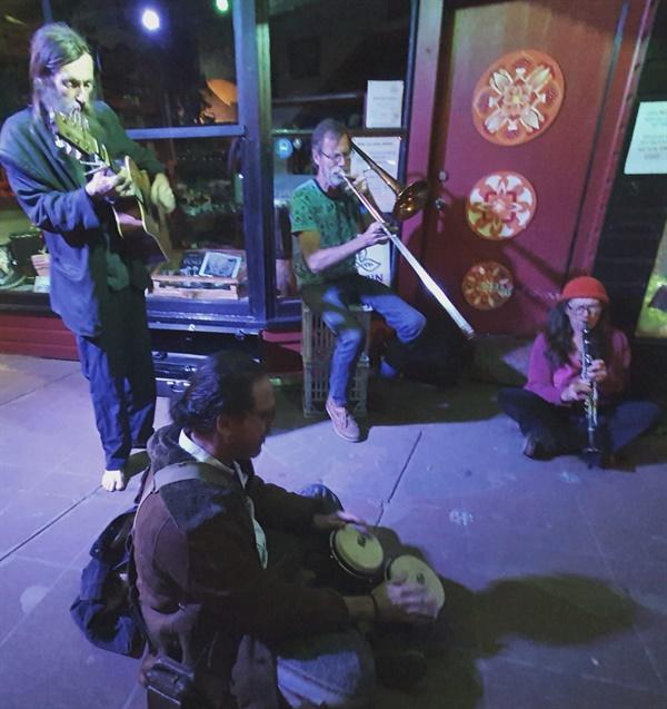 자신이 연주할 수 있는 악기를 가지고 와서 자유롭게 참여하는 거리의 음악가.