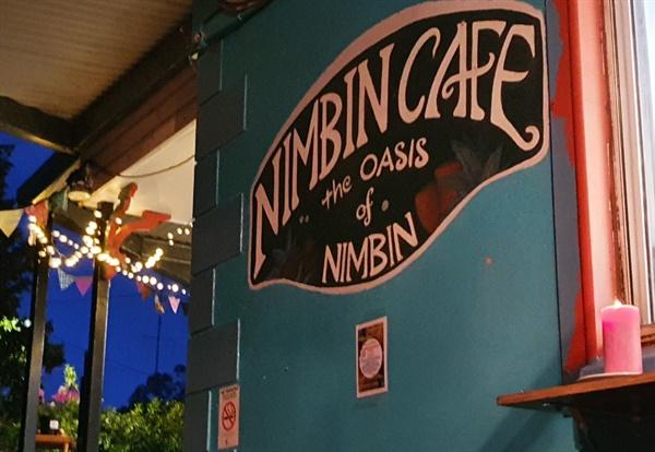 드럼 서클이 모이는 카페, 카페 주인이 드럼 서클을 주도한다.
