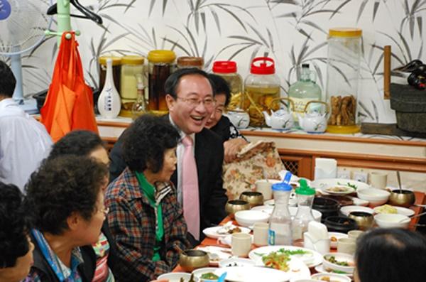 2010년 10월 15일 노회찬 진보신당 대표 마지막 일정은 당사 입주 건물 청소노동자들과의 점심식사였다.