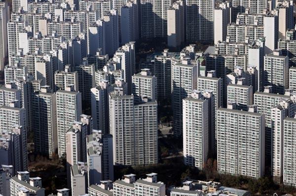 14일 서울부동산광장에 따르면 지난달 서울의 아파트 거래는 4436건으로, 이미 10월 거래량(4369건)을 뛰어넘었다. 아직 신고기한(30일)이 절반가량 남아있는 것을 고려하면 11월 거래량은 더 늘어나 5천건을 넘길 가능성이 크다. 14일 서울 송파구 롯데월드타워 전망대 서울스카이에서 바라본 송파구 아파트 단지 모습.