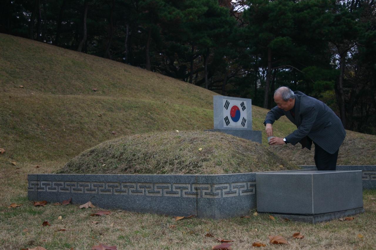 뤼순감옥 묘지 흙을 담아 와서 효창원 안중근 의사 가묘에 헌토하다