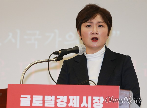 국민의힘 이언주 전 의원이 17일 부산 해운대구 벡스코에서 내년 부산시장 보궐선거 출마를 공식 선언하고 있다.
