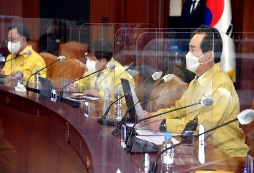 정세균 국무총리가 17일 세종로 정부서울청사에서 열린 코로나19 중앙재난안전대책본부 회의를 주재하고 있다.