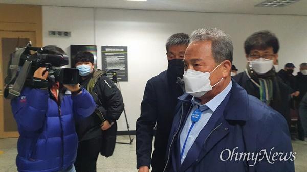 김영만 군위군수가 지난해 12월 18일 오전 대구지법에서 재판을 받기 위해 법정에 들어가고 있는 모습.