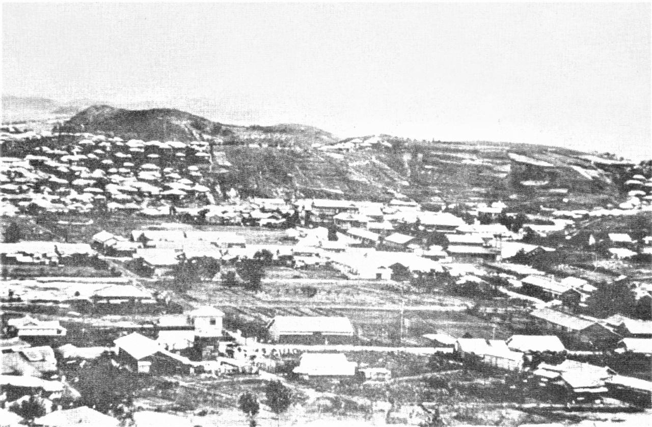 1920년대 군산 시가지 모습 사진 좌측 중상단이 개복동이다. 초가집으로 추정되는 작은 집들이 다닥다닥 붙어 있는 모습이, 수탈과 착취에 허덕이던 당시 조선 백성들의 실상을 웅변하고 있다. 그 앞으로 곧게 뻗은 도로와 넓은 집들이 보이는 곳이 일본인들이 살던 곳이다.