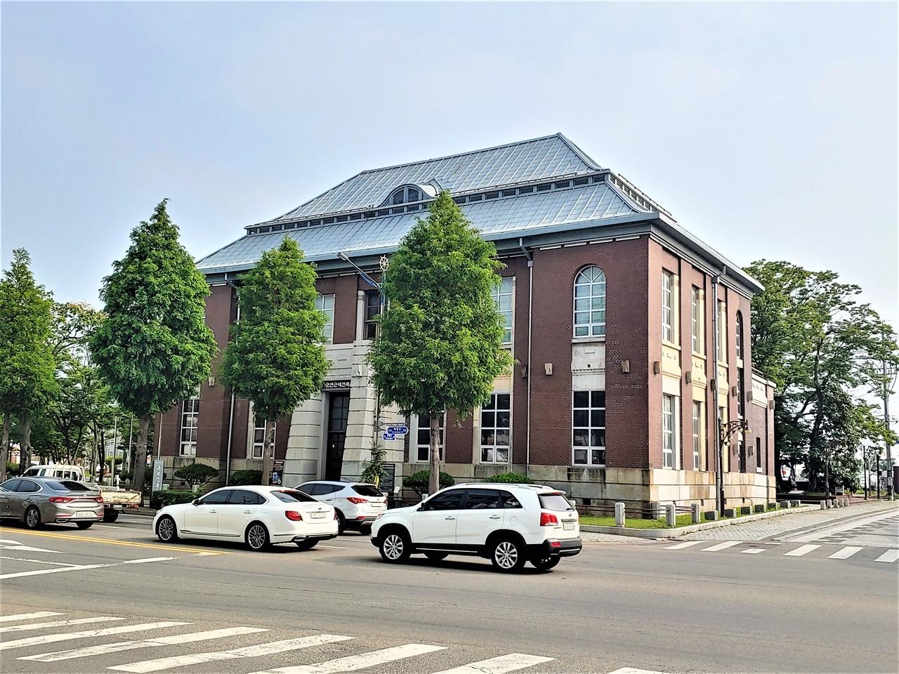 옛 조선은행 군산지점 뜬 다리 부두 인근에 있는 옛 조선은행 군산지점이다. 수탈의 상징이다. 한때 민간인 소유로 여러 용도로 쓰이다, 지금은 군산근대건축관으로 활용하고 있다.