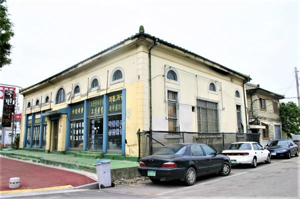 수리하기 전 일본18은행 조선은행과 더불어 식민지 수탈을 상징하는 건축물 중 하나다. 유흥음식점 및 가구점 등으로 쓰이던 수리하기 전 모습이다.