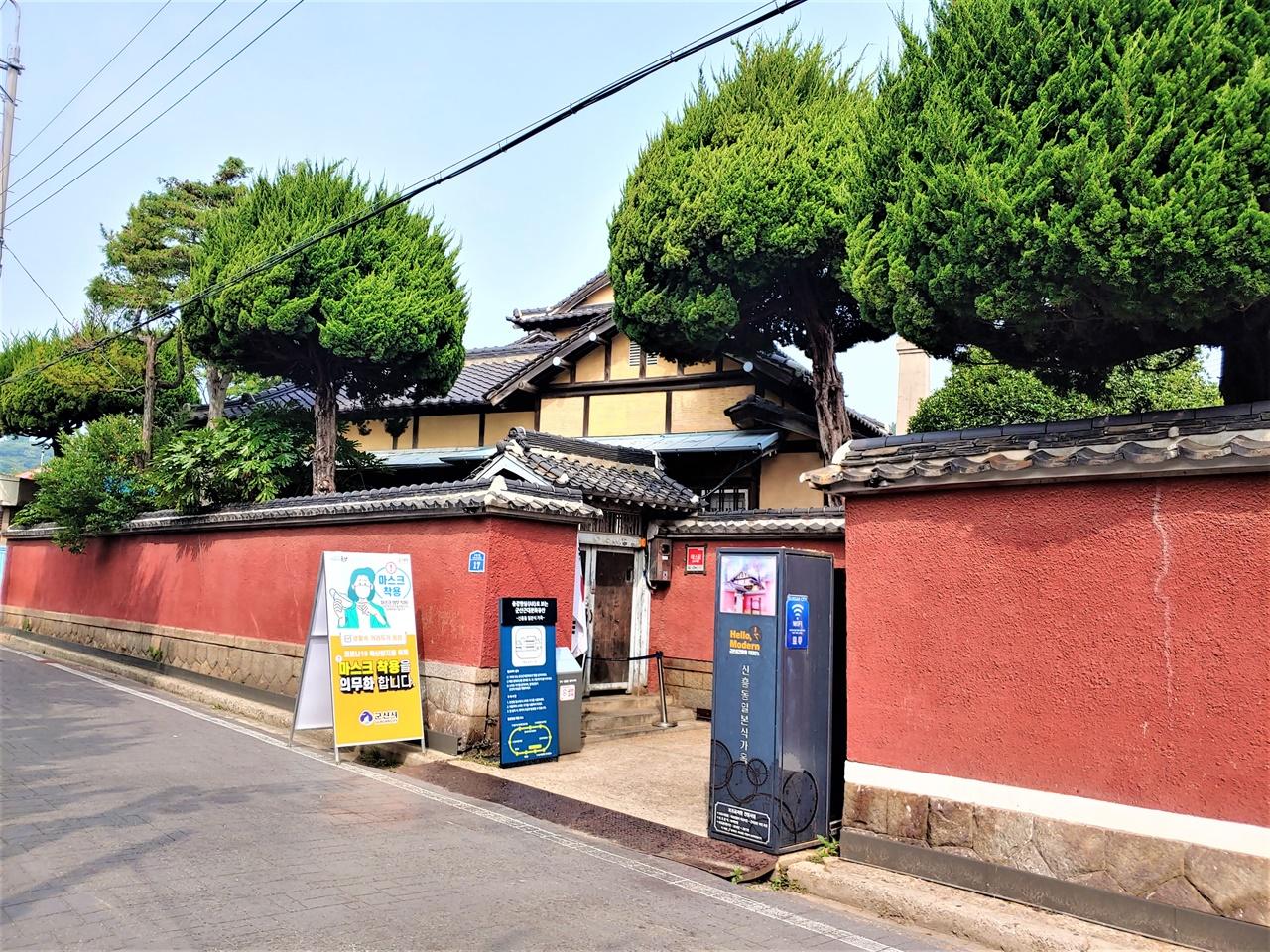 히로쓰 가옥 입구 군산에서 포목점 등을 운영하며 많은 부를 축적, 군산 상권을 쥐락펴락하던 일본인 상인 히로쓰라는 자가 살던 가옥이다. 대체로 원형이 잘 보존되어 있어 드라마나 영화의 촬영지로도 쓰이곤 한다. 촬영 당시는 코로나19로 출입이 폐쇄되어 있었다.