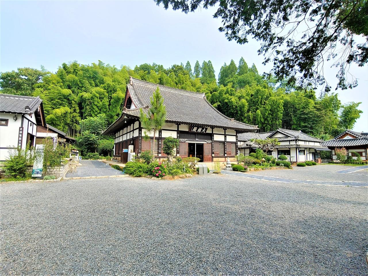 동국사 군산에 있는 일본식 사찰이다. 높은 지붕과 급경사의 물매가 습도가 높고 통풍이 필요했던 일본건축물의 전형을 보여주고 있다. 시인 고은이 젊은 시절 이곳 동국사에서 중이 되려고 수행하기도 했다.