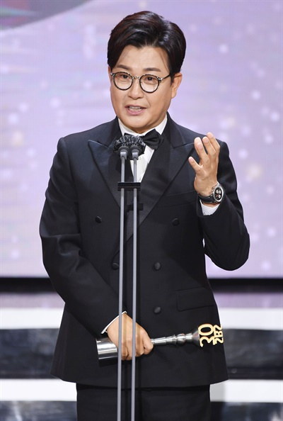 'SBS 연예대상' 김성주, 공익예능인 등극 김성주 방송인이 19일 오후 열린 <2020 SBS 연예대상>에서 공익예능상을 수상하고 있다.