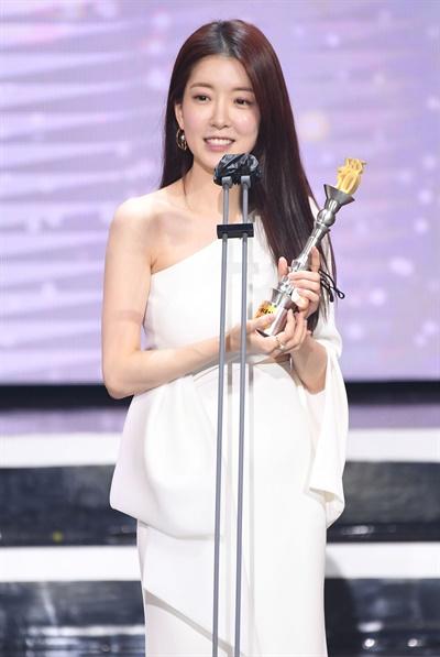 'SBS 연예대상' 정인선, 골목길 여신 정인선 배우가 19일 오후 열린 <2020 SBS 연예대상>에서 우수상(리얼리티)을 수상하고 있다.