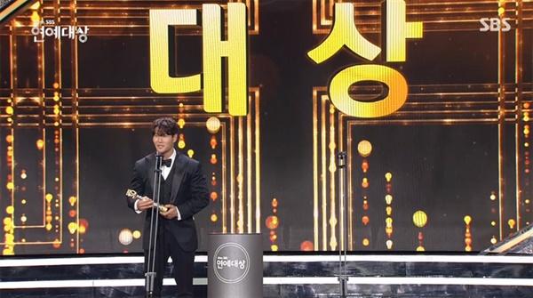 지난 19일 거행된 2020 SBS 연예대상의 한 장면.  영예의 대상 수상자로 '런닝맨', '미우새' 김종국이 선정되었다.