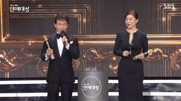 지난 19일 거행된 2020 SBS 연예대상의 한 장면. SBS에서만 20년 넘게 프로그램을 진행해온 임성훈, 최화정이 특별 레전드상을 수상했다.