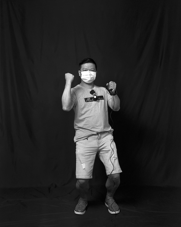 대만 시민의 자화상 사진 COVID-19 자화상 프로젝트에 참여한 대만 시민이 대만의 성공적 방역을 기념하고 있다.