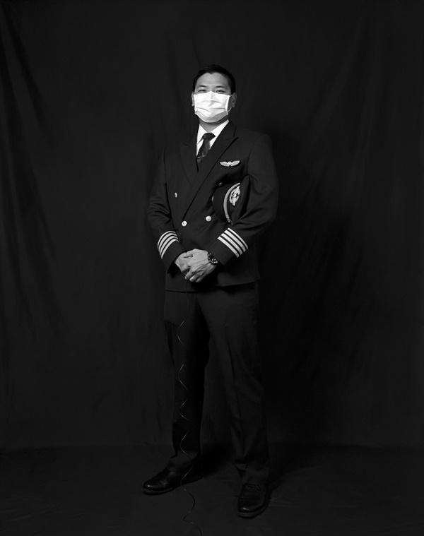 대만 시민의 자화상 조종사로 근무하는 대만인 케빈(KEVIN) 씨는 비행이 끝날 때마다 2주간의 자가격리를 해야 했다. 그는 지난 몇 달간 자신의 어린 아들을 보지 못했다고 말했다.