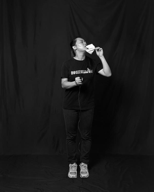대만 시민의 자화상 사진 COVID-19 자화상 프로젝트에 참여한 제인(Jane)씨는 어디를 가도 마스크를 써야하는 답답함을 자신의 자화상 사진으로 표현했다.