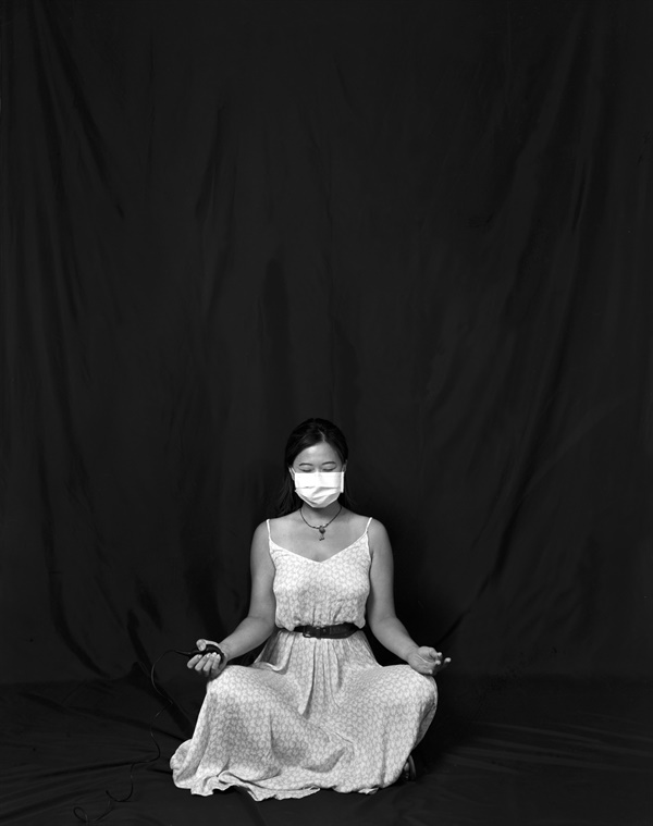 웨이 링씨의 자화상 사진 COVID-19 자화상 프로젝트에 참여한 웨이 링(Wei Ling)씨가 코로나 상황 속 자신의 심정을 자화상으로 표현하고 있다.