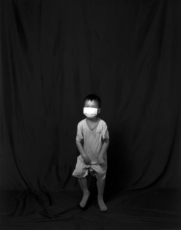 순수한 모습의 어린이 사진 프로젝트가 궁금했는지 구경을 온 아이의 사진을 찍어주었다.
