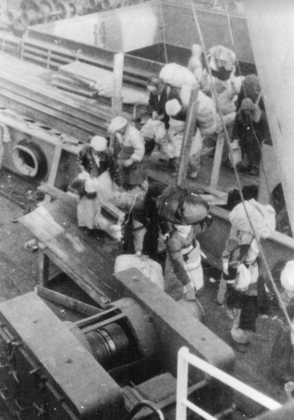 1950년 12월 22일, 메러디스 빅토리호에 오르는 피난민들