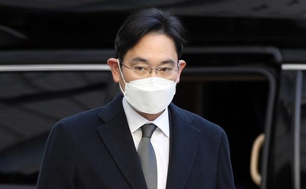 이재용 삼성전자 부회장이 21일 서울고등법원에서 열린 '국정농단' 파기환송심 속행 공판에 출석하고 있다.