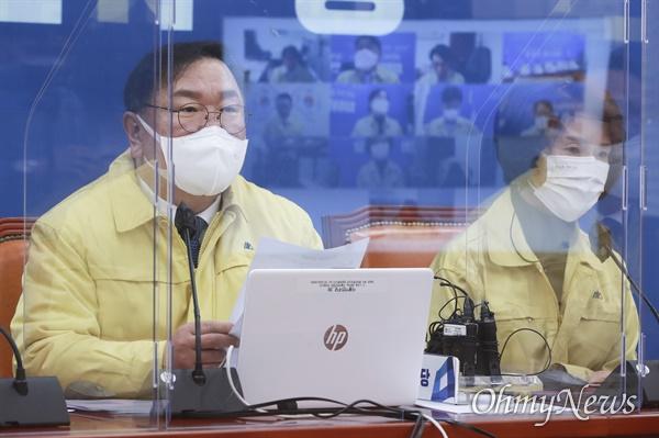 더불어민주당 김태년 원내대표가 22일 오전 서울 여의도 국회에서 열린 원내대책회의에서 발언하고 있다.