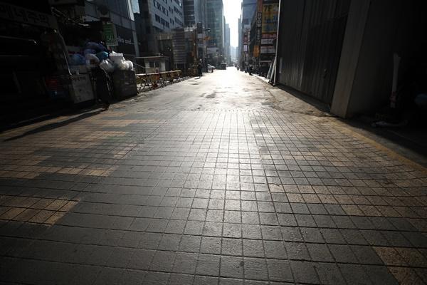 신종 코로나바이러스 감염증(코로나19) 확산세가 계속되는 27일 서울 강남역 인근 식당가가 한산하다.