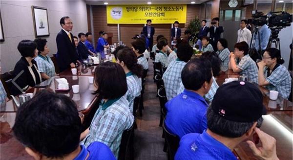 2016년 5월 30일, 20대 국회 개원 첫날 국회 청소노동자들과 노회찬 의원간 만남의 자리.
