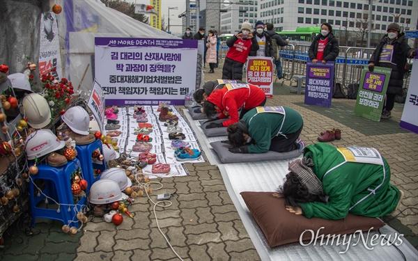 산업재해 사망 유가족과 시민단체 회원들이 29일 오전 서울 국회 앞에서 중대재해기업처벌법 재정을 촉구하며 릴레이 2400배를 하고 있다.