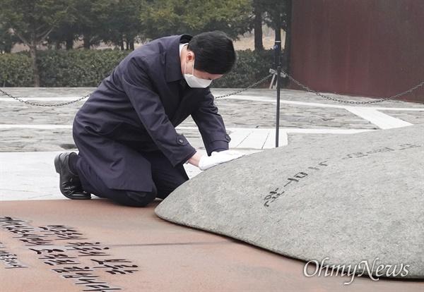 김영춘 전 국회 사무총장이 29일 김해 봉하마을 노무현 전 대통령 묘역을 찾아 참배하고 있다.