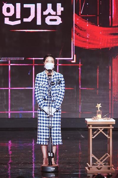 'MBC 방송연예대상' 안영미, 인기만점! 안영미 코미디언이 29일 오후 열린 <2020 MBC 방송연예대상>에서 인기상을 수상하고 있다.