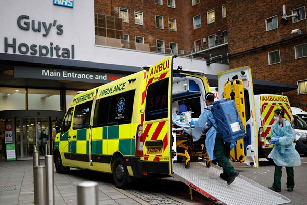 코로나19 감염 확산으로 부담이 가중되고 있는 영국 국민보건서비스 코로나19 감염 확산으로 부담이 가중되고 있는 영국 국민보건서비스(NHS)