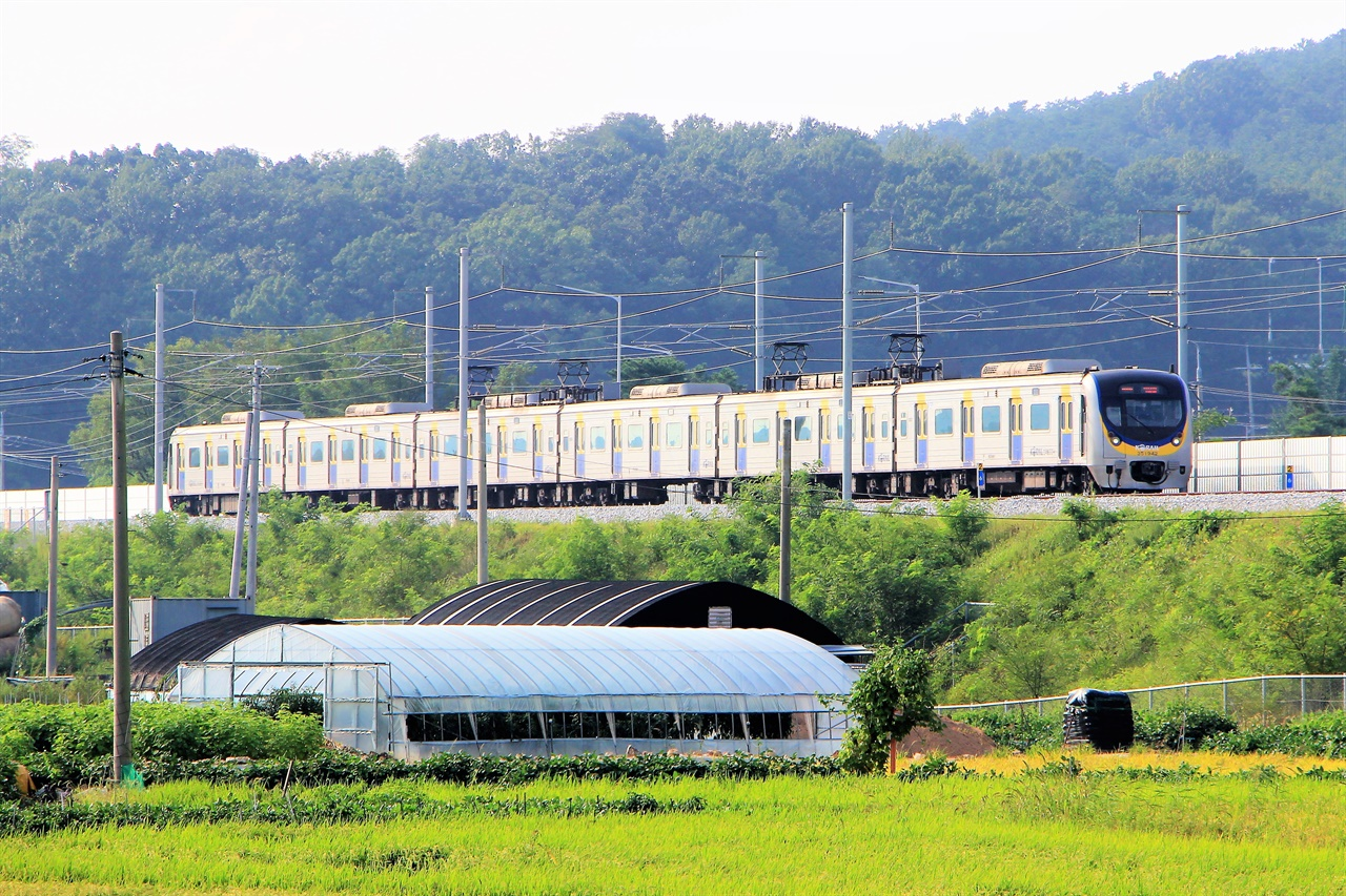 지난 9월 한대앞 - 수원을 끝으로 모든 구간이 개통된 수인선 광역전철의 모습.