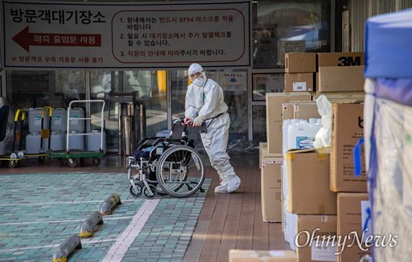 30일 오전 환자와 의료진이 코로나19 집단감염이 발생해 코호트 격리가 시행된 서울 구로구의 한 요양병원에서 의료진이 입원환자 코로나19 검사를 실시하고 있다.