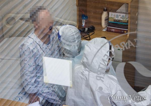 30일 오전 환자와 의료진이 코로나19 집단감염이 발생해 코호트 격리가 시행된 서울 구로구의 한 요양병원에서 한 입원환자가 선별 검사를 받고 있다.