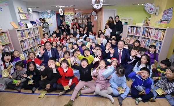 2019년 이용섭 광주광역시장이 숲속작은도서관을 방문했다