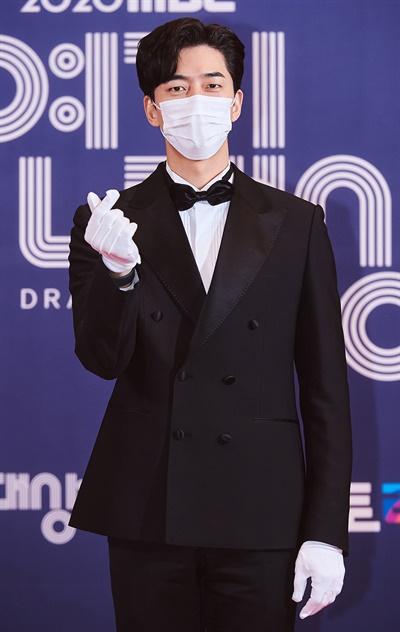 'MBC 연기대상' 신성록, 뗄 수 없는 믿보배 신성록 배우가 30일 오후 비대면으로 열린 <2020 MBC 연기대상> 포토월에서 포즈를 취하고 있다.