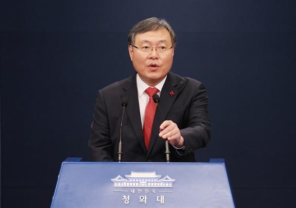 신현수 민정수석이 31일 오후 청와대 춘추관 대브리핑룸에서 인사말을 하고 있다.