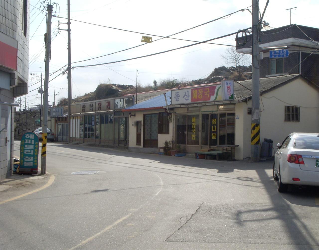 중동사거리-공설시장 잇는 구도로(2010년 촬영. 배경은 서래산 자투리다)