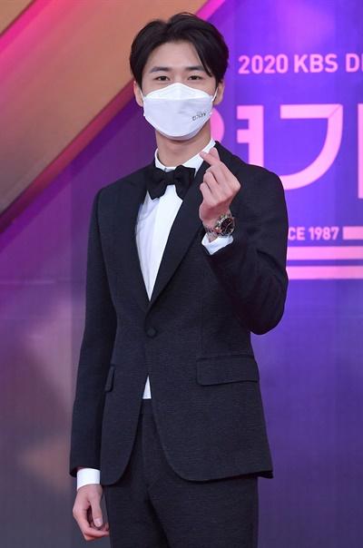 'KBS 연기대상' 서지훈, 늠름한 눈빛 서지훈 배우가 31일 오후 열린 <2020 KBS 연기대상>에서 포즈를 취하고 있다.