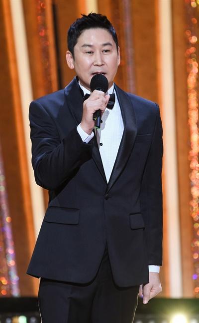 'SBS 연기대상' 신동엽, 스브스 공신 신동엽 방송인이 31일 오후 열린 <2020 SBS 연기대상>에서 진행을 하고 있다.